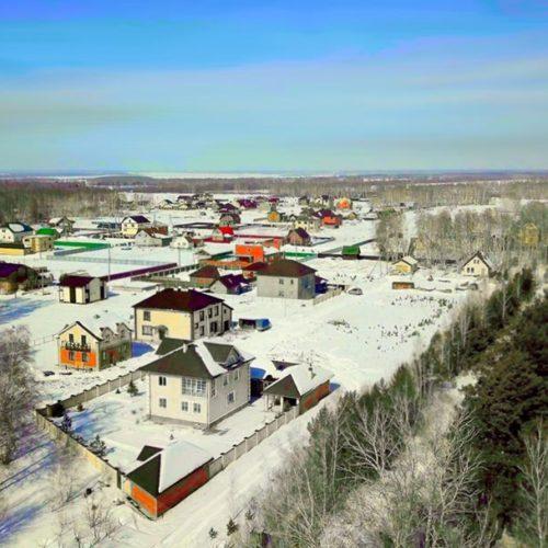 Коттеджный поселок зимой с построенными домами